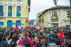 Quito Ekwador, Sierpień, - 27, 2015: Wielki tłum zbierający dla antego rzędu protestuje na miasto kwadracie Fotografia Stock