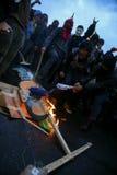 Quito Ekwador, Sierpień, - 27, 2015: Gniewna grupa ludzi pali polititcal znaki na ziemi Zdjęcie Royalty Free