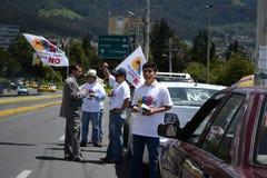 QUITO EKWADOR, STYCZEŃ, - 28, 2016: Niezidentyfikowani ludzie w Quito Ecuador, marszów protestujący w anty bullfightting wewnątrz Zdjęcia Stock