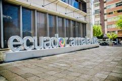 Quito Ekwador, Styczeń, - 02, 2017: Plenerowy widok ogromni słowa Ekwador miłość życie w chodniczku z budynkiem Obrazy Royalty Free