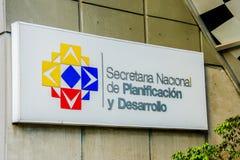 Quito Ekwador, Styczeń, - 02, 2017: Plenerowy widok szyldowi słowa krajowy sekretariat dla planować i rozwoju Zdjęcia Stock
