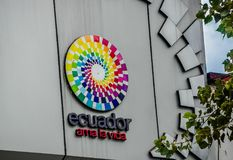 Quito Ekwador, Styczeń, - 02, 2017: Plenerowy widok szyldowi słowa Ekwador miłość życie z logem w ścianie a Obraz Stock