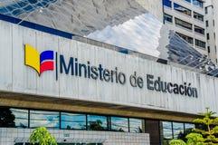 Quito Ekwador, Styczeń, - 02, 2017: Plenerowy widok szyldowi słowa ministerstwo edukacji w ścianie przy wchodzić do a Zdjęcia Stock