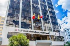 Quito Ekwador, Styczeń, - 02, 2017: Plenerowy widok szyldowi słowa ministerstwo kultura i dziedzictwo z logem wewnątrz Zdjęcia Stock