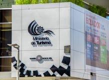 Quito Ekwador, Styczeń, - 02, 2017: Plenerowy widok szyldowi słowa ministerstwo turystyka z loga Ekwador miłością życie Obraz Stock