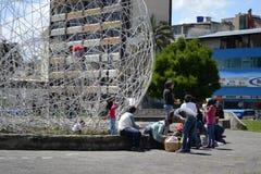 QUITO EKWADOR, STYCZEŃ, - 28, 2016: Zakończenie up niezidentyfikowani ludzie czeka blisko zabytek w arbolito parku, marsz Obraz Royalty Free