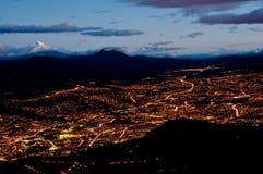 Quito en la noche con la montaña de cotopaxi Imagen de archivo libre de regalías