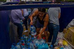 Quito, Equador - abril, 17, 2016: Multidão de povos de Quito que fornecem o alimento, a roupa, a medicina e a água da ajuda human Fotografia de Stock Royalty Free