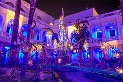 QUITO, EQUADOR AGOSTO, 15, 2018: Opinião interna os povos que tomam imagens dentro da construção colonial com luzes coloridas foto de stock royalty free