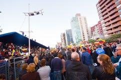 Quito, Equador - 7 de abril de 2016: Grupo de pessoas que guarda sinais do protesto, balões com polícia e journalistas durante an Imagem de Stock