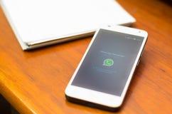 QUITO, EQUADOR - 3 DE AGOSTO DE 2015: Smartphone branco Fotografia de Stock Royalty Free