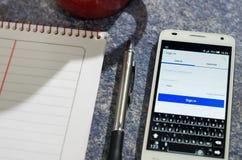 QUITO, EQUADOR - 3 DE AGOSTO DE 2015: Smartphone branco Fotos de Stock Royalty Free