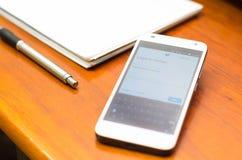 QUITO, EQUADOR - 3 DE AGOSTO DE 2015: Smartphone branco Imagem de Stock Royalty Free