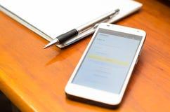 QUITO, EQUADOR - 3 DE AGOSTO DE 2015: Smartphone branco Imagem de Stock