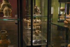 QUITO, EQUADOR - 17 DE AGOSTO DE 2018: Feito a mão cerâmico da vista interna por Incas do ancienct dentro das mostras de vidro na imagens de stock royalty free