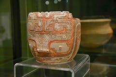 QUITO, EQUADOR - 17 DE AGOSTO DE 2018: Feito a mão cerâmico da vista interna por Incas do ancienct no museu da ágora do EL situad imagens de stock