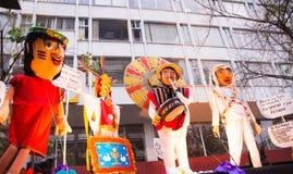 Quito, Equador - 31 de dezembro de 2016: Monigotes tradicionais ou manequins enchidos que representam figuras políticas, anime ou Imagem de Stock Royalty Free