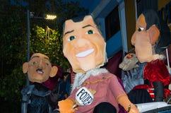 Quito, Equador - 31 de dezembro de 2016: Monigotes tradicionais ou manequins enchidos que representam figuras políticas, anime ou Imagens de Stock