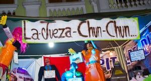 Quito, Equador - 31 de dezembro de 2016: Monigotes tradicionais ou manequins enchidos que representam figuras políticas, anime ou Imagem de Stock