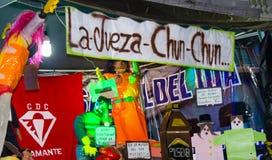 Quito, Equador - 31 de dezembro de 2016: Monigotes tradicionais ou manequins enchidos que representam figuras políticas, anime ou Fotos de Stock Royalty Free