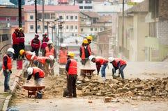 Quito, Equador - 9 de dezembro de 2016: Um grupo não identificado de firemans, com uma construção enche a limpeza do dano Foto de Stock Royalty Free