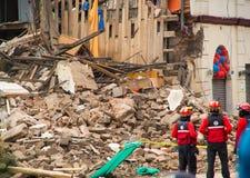 Quito, Equador - 9 de dezembro de 2016: Um grupo não identificado de firemans, de dano e de destruição na construção após o fogo Foto de Stock