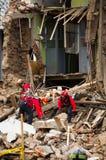 Quito, Equador - 9 de dezembro de 2016: Um grupo não identificado de firemans, de dano e de destruição na construção após o fogo Fotografia de Stock