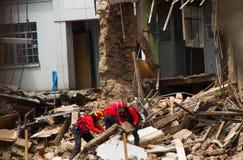 Quito, Equador - 9 de dezembro de 2016: Um grupo não identificado de firemans, limpando a construção de dano Fotografia de Stock Royalty Free