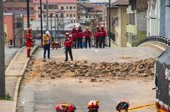 Quito, Equador - 9 de dezembro de 2016: Um grupo não identificado de firemans que olha o dano e a destruição na construção Fotos de Stock