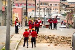 Quito, Equador - 9 de dezembro de 2016: Um grupo não identificado de firemans que olha o dano e a destruição na construção Fotografia de Stock
