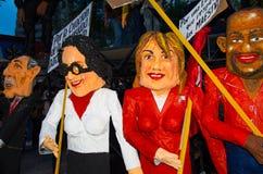 Quito, Equador - 31 de dezembro de 2016: Os monigotes tradicionais ou os manequins enchidos que representam figuras políticas, de Foto de Stock