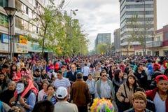Quito, Equador - 26 de janeiro de 2015: Grande multidão que comemora anos novos durante o dia que recolhe em ruas da cidade Fotos de Stock Royalty Free