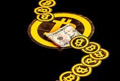 Quito, Equador - 31 de janeiro de 2018: Feche acima dos muitos o logotipo do bitcoin, com logotipos pequenos dos bitcoins em segu Fotos de Stock Royalty Free