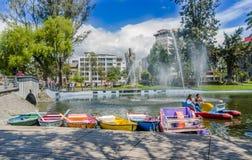 QUITO, EQUADOR - 31 DE JANEIRO DE 2018: Povos não identificados no barcos que apreciam o dia ao redor da lagoa no La Alameda Imagem de Stock Royalty Free