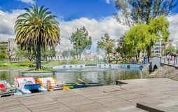 QUITO, EQUADOR - 31 DE JANEIRO DE 2018: Povos não identificados que andam ao redor da lagoa no parque de Alameda do La com algum Foto de Stock