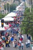 QUITO, EQUADOR - 7 DE JULHO DE 2015: A grande avenida na cidade aglomerou-se devido ao filho da massa, o redlight e do cabo do pa Fotos de Stock