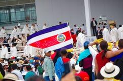 QUITO, EQUADOR - 7 DE JULHO DE 2015: Massa de espera do papa Francisco dos povos, pessoas de Costa Rica em Quito Primeira visita  Imagem de Stock Royalty Free