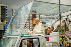 QUITO, EQUADOR - 7 DE JULHO DE 2015: Momento agradável na fotografia, papa Francisco muito próximo com povos Fotografia de Stock Royalty Free