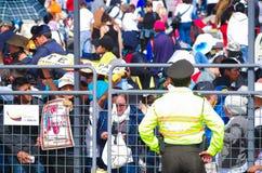 QUITO, EQUADOR - 7 DE JULHO DE 2015: Policie a guarda do seciruty dos povos na massa, nos cartazes e nos povos do papa Francisco  Imagem de Stock Royalty Free
