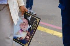 QUITO, EQUADOR - 7 DE JULHO DE 2015: Uma mão fêmea velha que guarda o cartaz grande do papa Francisco, massa em Equador Foto de Stock