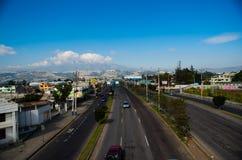 QUITO, EQUADOR 23 DE MAIO DE 2017: Avenida principal, estrada com os carros na estrada na cidade de Quito Imagem de Stock