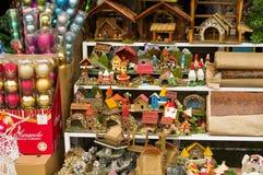 QUITO, EQUADOR 7 DE MAIO DE 2017: Ornamento do Natal dentro do sacos de plástico em um mercado com casas pequenas feitas de Imagem de Stock