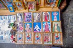QUITO, EQUADOR - 23 DE NOVEMBRO DE 2016: Figuras religiosas quadro na entrada da igreja e do convento de St Francis Fotos de Stock