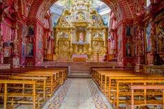 QUITO, EQUADOR - 23 DE NOVEMBRO DE 2016: Interior da igreja de Santo Domingo, com as cadeiras imagens espirituais Fotografia de Stock Royalty Free