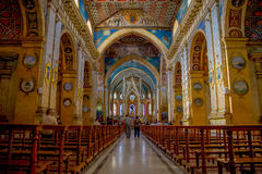 QUITO, EQUADOR - 23 DE NOVEMBRO DE 2016: Interior da igreja de Santo Domingo, com as cadeiras imagens espirituais Fotos de Stock Royalty Free