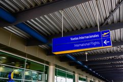 Quito, Equador - 23 de novembro de 2017: Feche acima do sinal informativo dos voos internacionais no sucre Mariscal Fotos de Stock