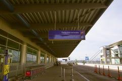Quito, Equador - 23 de novembro de 2017: Feche acima do sinal informativo dos voos internacionais no sucre Mariscal Imagem de Stock
