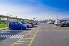 Quito, Equador - 23 de novembro de 2017: A ideia exterior da área de estacionamento com muitos carros estacionou no sucre Marisca Imagens de Stock