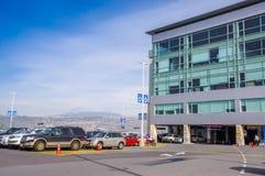 Quito, Equador - 23 de novembro de 2017: A ideia exterior da área de estacionamento com muitos carros estacionou no sucre Marisca Foto de Stock