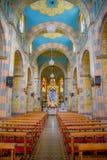 QUITO, EQUADOR - 23 DE NOVEMBRO DE 2016: Interior de San Roque Church, com as cadeiras imagens espirituais Fotos de Stock